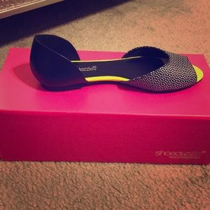 Neon yellow and black speckled open toe flats